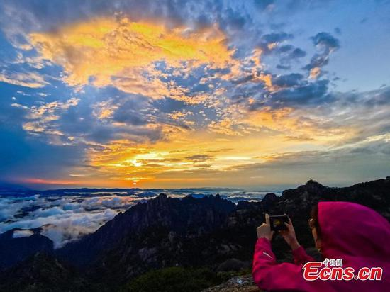Huangshan Mountain shows picturesque scenery