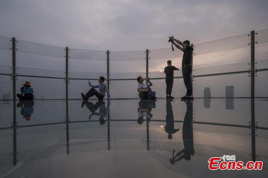 Glass exploration deck in Chongqing lists as local new landmark