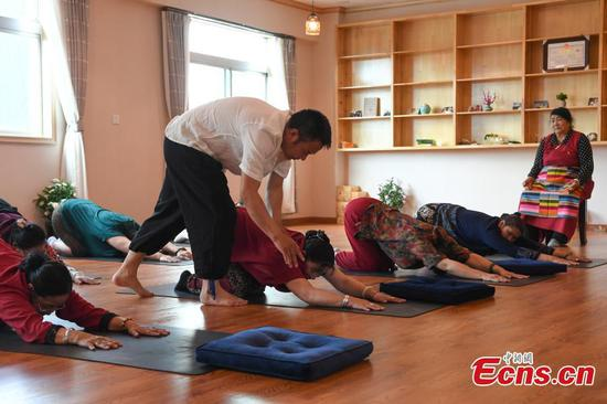 Free yoga course gains popularity among elderly people in China's Tibet