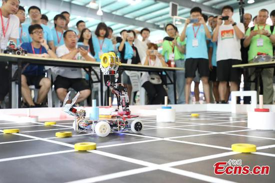 Thousands of college students compete in robotics competition in Zhejiang