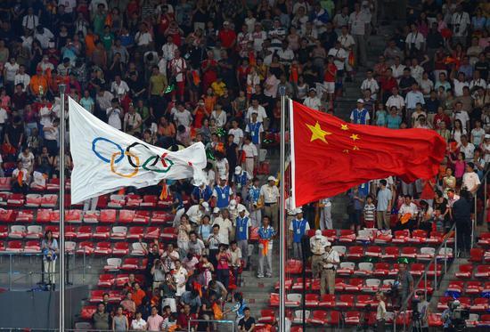 2008 年 8 月 24 日,在中国北京国家体育场举行的 2008 年北京奥运会闭幕式上,中国国旗升起。(新华社/邢广利)