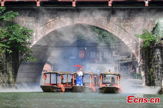 Fenghuang Ancient City in Hunan makes man-made mist for tourists