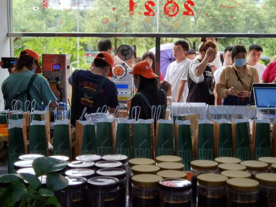 Employees of Post Oxygen of Tea prepare milk tea for customers at its store in Fuzhou, Fujian province, on June 6. (CHEN QIN/FOR CHINA DAILY)