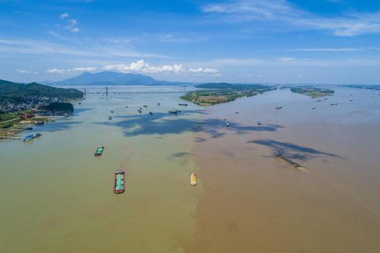Clear boundary appears at Poyang Lake estuary in Jiangxi