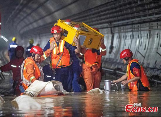 Firefighters from Wuhan help Zhengzhou with subway tunnel drainage