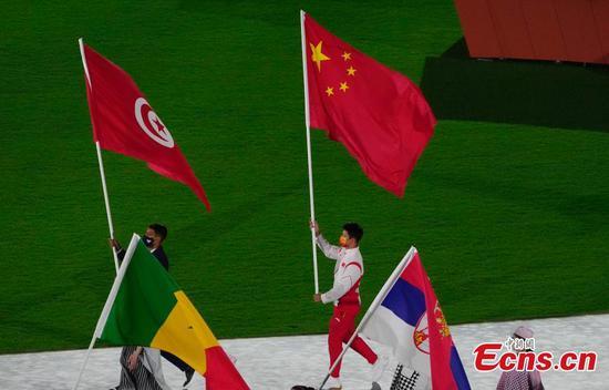 Su Bingtian serves as China's flag bearer at closing ceremony of Tokyo 2020