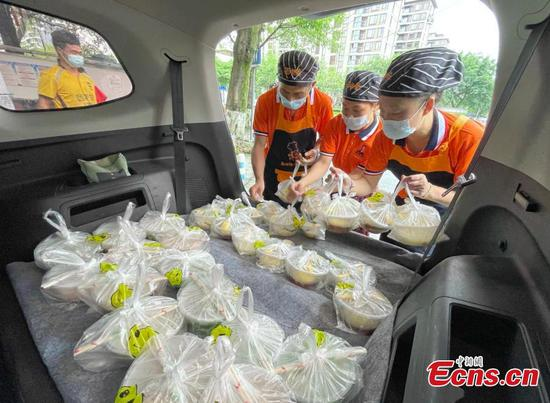 Wonton vendor in Chengdu delivers free dishes to volunteers amid community's lockdown