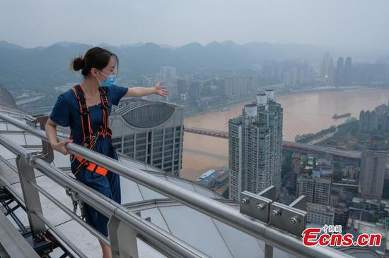 Thrilling outdoor skywalk in Chongqing attracts visitors