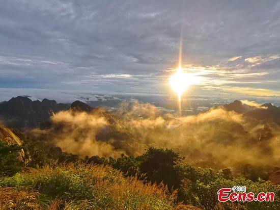 Rain refreshes Huangshan mountain in Anhui Province