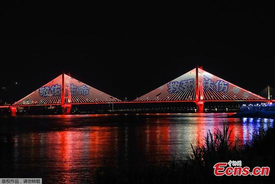 Wuhan salutes medical workers with light show