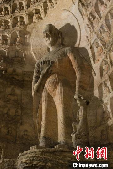 The statues of Sakyamuni and his son Rahula. (Photo provided to China News Service by the Yungang Grottoes Research Academy)