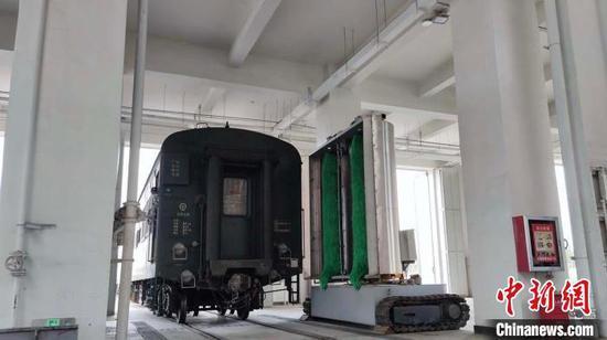 Railway workers in Xinjiang develop train body cleaner