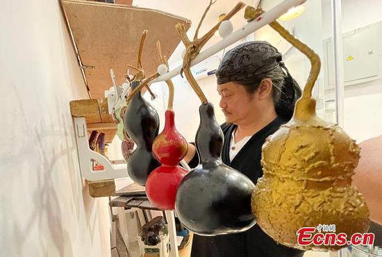 Artisan from Taiwan makes innovative Chinese lacquers in mainland