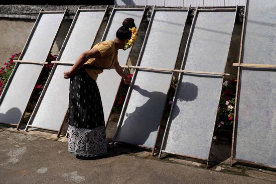 Zoom in: handmade paper-making skills in Xishuangbanna