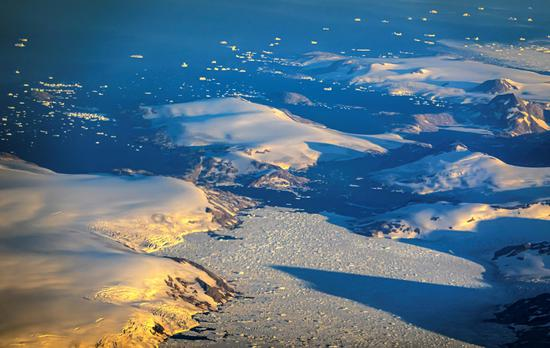 Glacier ices melting in Greenland