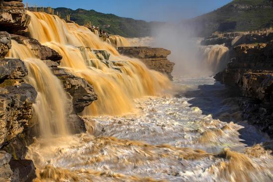 Hukou Waterfall roars into early autumn