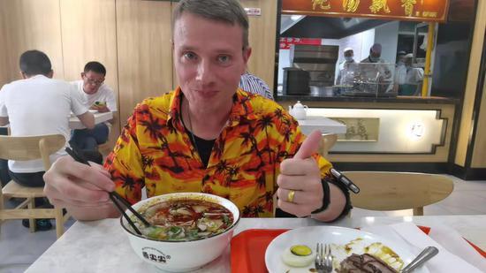 Beef noodles plus steak debut in Lanzhou restaurant