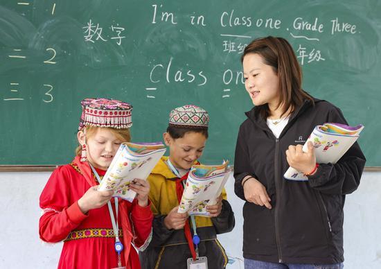 Chen Fangying, a 24-year-old village teacher teaches English at Alimalik village of Akto county, Northwest China's Xinjiang Uygur autonomous region, May 12, 2021. (Photo/Xinhua)