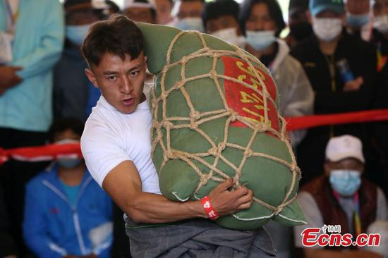 Grassroots athletes challenge to lift 150 kg sandbags in Qinghai