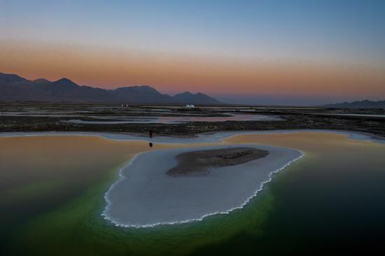 Eye-catching scenery of Emerald Lake in NW China's Qinghai