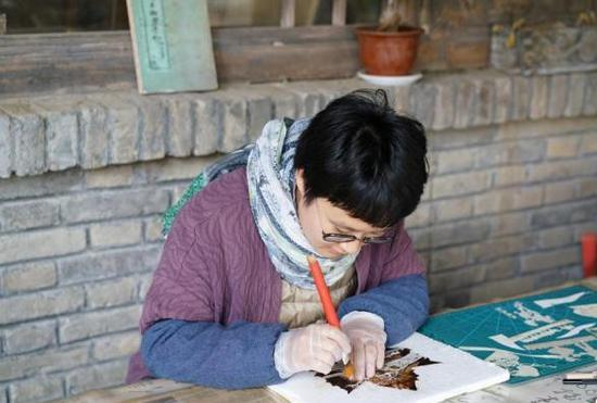 Female carver brings leaves to life in Ningxia