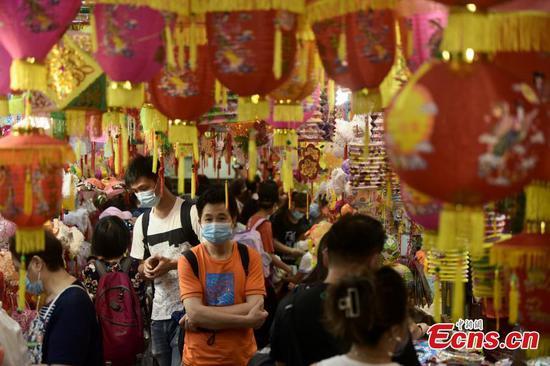 Nearly 1,000 lanterns adorn HK's Tai Kiu Market