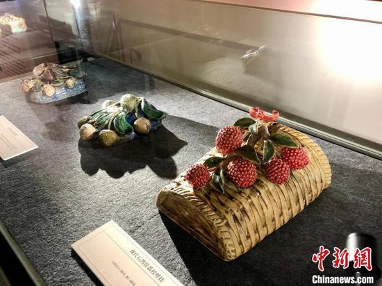 An artwork of lychee. (Photo: China News Service/Zhong Yi)