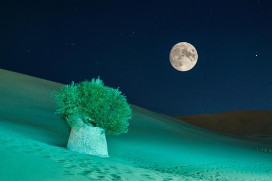 Mid-Autumn Festival scenery: Full moon hangs over Dunhuang desert