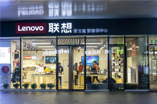 Consumers browse products at a Lenovo store in Beijing in January. (Photo/China Daily)