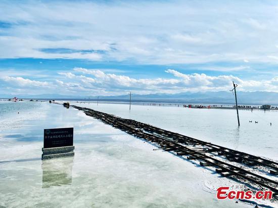 Dreamlike autumn scenery of Caka salt lake in NW China's Qinghai