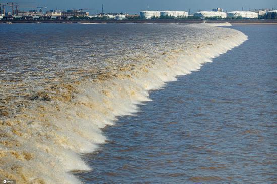 Tidal bores surge in Qiantang River in Hangzhou