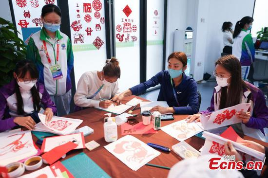 Hong Kong athletes try Shaanxi paper-cuts during National Games