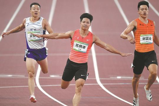 Su Bingtian celebrates after claiming 100-meter gold at the National Games in Xi'an on Tuesday. (Photo/CHINA DAILY)