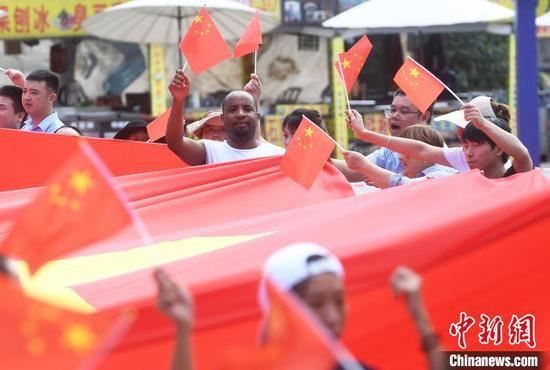Flash mob held to celebrate forthcoming National Day