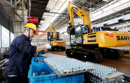 A technician works on the production line of Sany Heavy Industry Co Ltd in the China (Shanghai) Pilot Free Trade Zone.  (Photo/Xinhua)