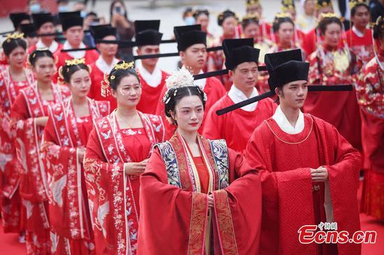Traditional Hanfu group wedding held in E China