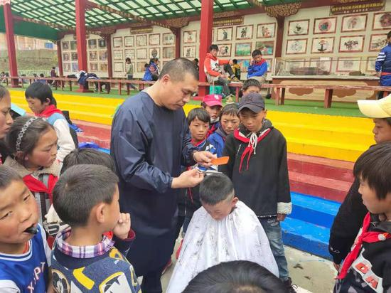 5,000 village students in Sichuan get free haircuts