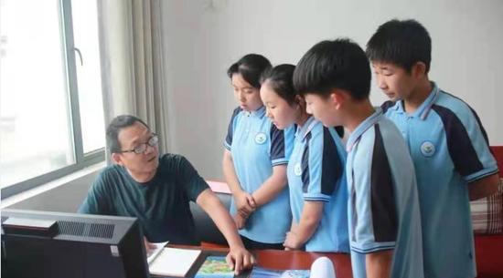 Hubei teacher spends 24 years at mountain school