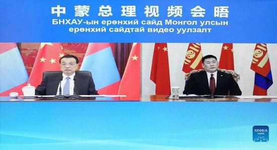 Chinese Premier Li Keqiang meets with Mongolian Prime Minister Luvsannamsrai Oyun-Erdene via video link in Beijing, capital of China, Oct. 12, 2021. (Xinhua/Zhang Ling)
