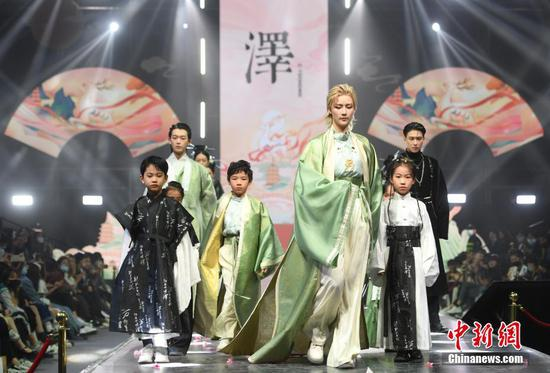Traditional Chinese costume fashion show kicks off in Hangzhou