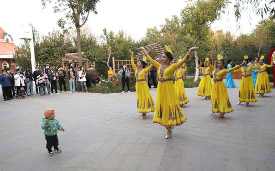 Xinjiang residents enjoy musical life