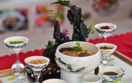 Competitors show off cooking skills at first vocational skill competition in Guangxi