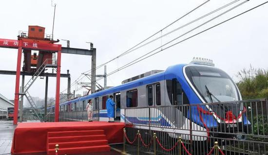 China's first urban rail vehicle with dual-current system delivered in Chongqing