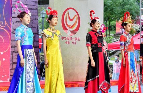 Ethnic costume show highlights She customs in Fujian
