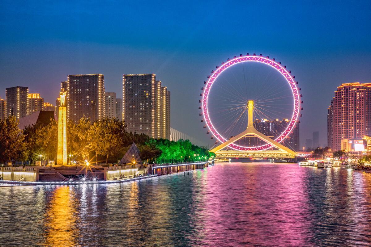天津海河夜景流光溢彩吸引民众
