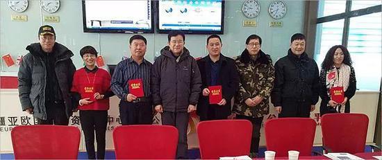 研讨会期间,中国工业摄影协协会领导向北疆代表处的姚海泉、张宏萍、姚雅馨、王玉新、李明岩等5位同志颁发了获奖证书,向北疆代表处颁发了印章。