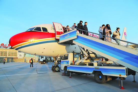 1月10日18时03分,中国东方航空MU9651航班降落在阿勒泰机场。