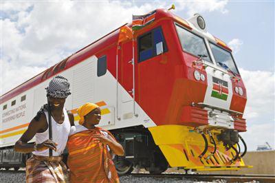 中国公司承建的肯尼亚蒙内铁路去年5月底开通以来,带动了肯尼亚经济发展和沿线民众生活的改善。图为肯尼亚民众在蒙内铁路内燃机车旁载歌载舞。新华社记者 孙瑞博摄