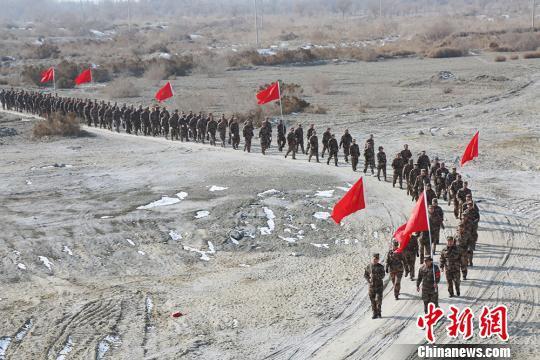 第二师三十三团基干民兵于6日在沙漠中进行野外拉练。 胡俊建 摄