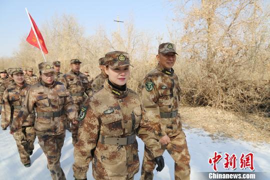 第二师三十三团基干民兵向沙漠中行进。 胡俊建 摄